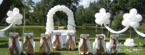 3c280bddf8 Kültéri esküvői dekoráció: Állófogadáshoz lett építve a 18 méter hosszú  hófehér sátor. Sátor oszlopait + felső részét, Amerikai stílussal  dekoráltuk.