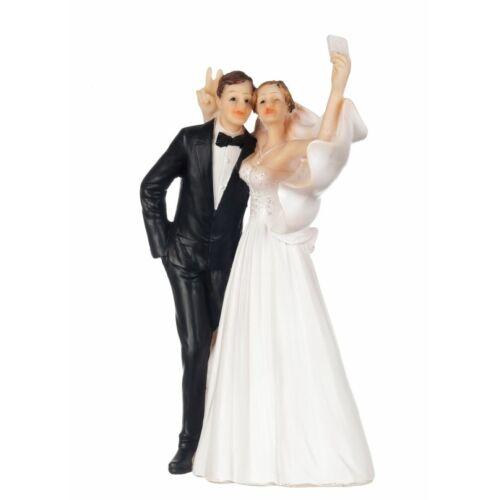 Esküvői tortára selfizős pár