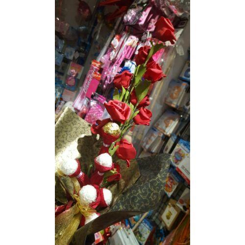 Bonboncsokor Piros rózsákkal és bonbonokkal (élethű rózsákkal)